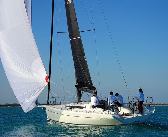 Italia Yacht 11.98 bañera navegando a vela