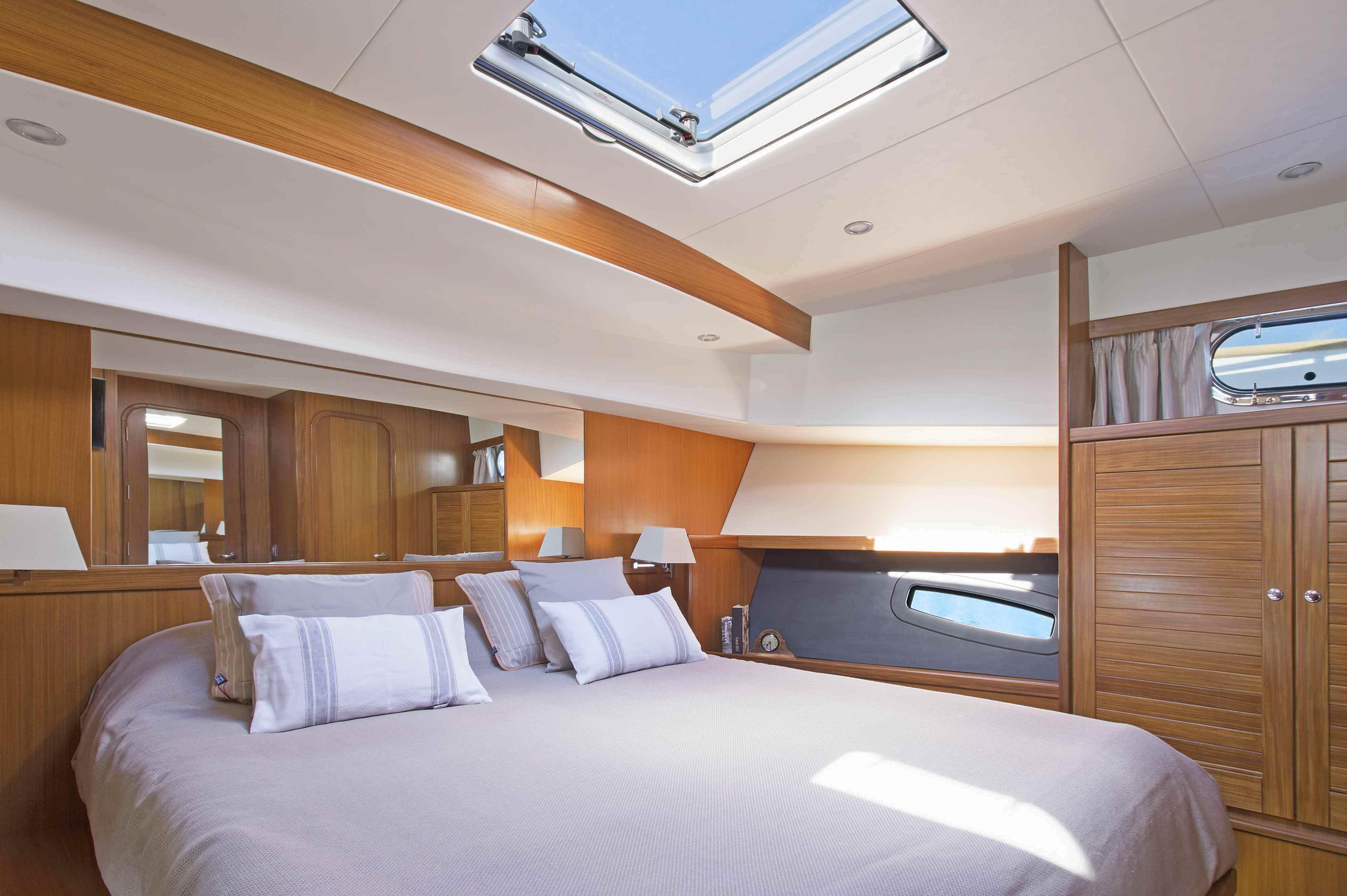 Menorquín 54 HT de Sasga Yachts camarotes están dispuestos con moqueta color blanco roto