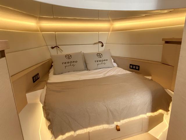 Tesoro T38 Cruiser cabina principal cama doble