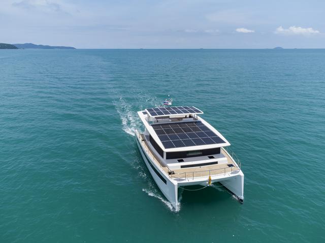 Silent Yachts 60 Un catamarán eléctrico con cometa
